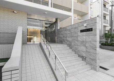 名古屋市名東区の賃貸マンションのスロープの付いたマンションエントランスの写真