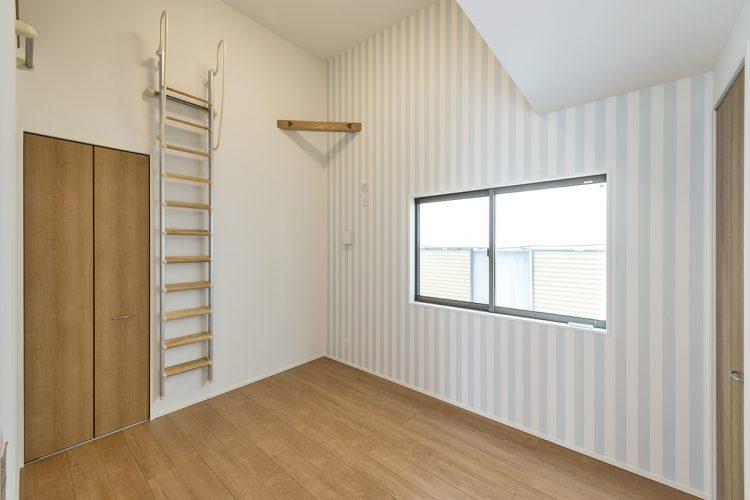 名古屋市北区の注文住宅のロフトに上る梯子の付いた洋室の写真