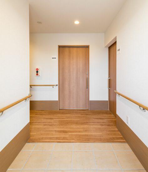 名古屋市北区の介護施設の就労支援施設の手すり付き玄関ホール