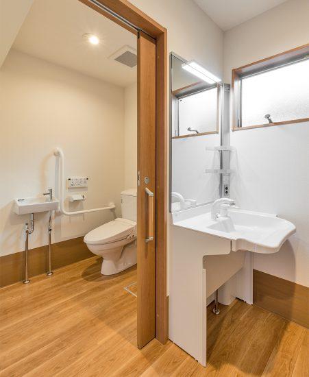 名古屋市北区の介護施設の洗面室とトイレ
