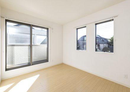 2面に窓がある明るい2階洋室