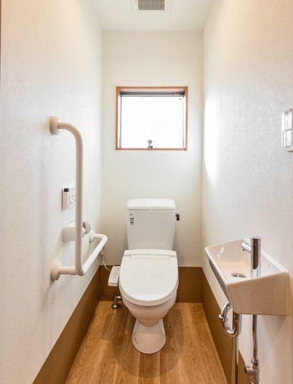 名古屋市北区の介護施設の手すりと手洗い場のついた明るいトイレ