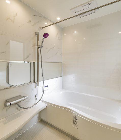 名古屋市北区の注文住宅の高級感のあるひろびろとした白色バスルームの新築写真
