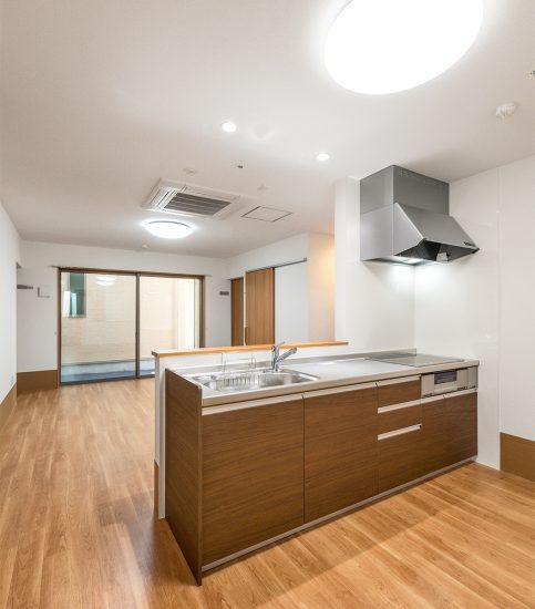名古屋市北区の介護施設の木目調の落ち着いたオープンキッチン