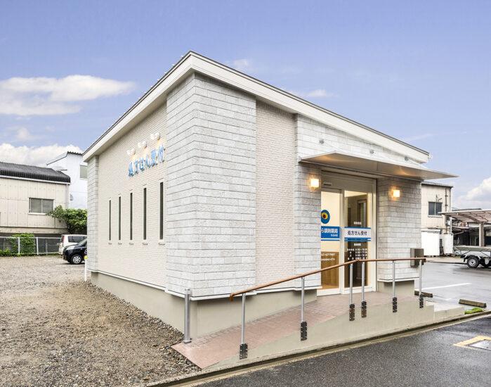名古屋市緑区の医療施設のスロープ付き玄関のアプローチ