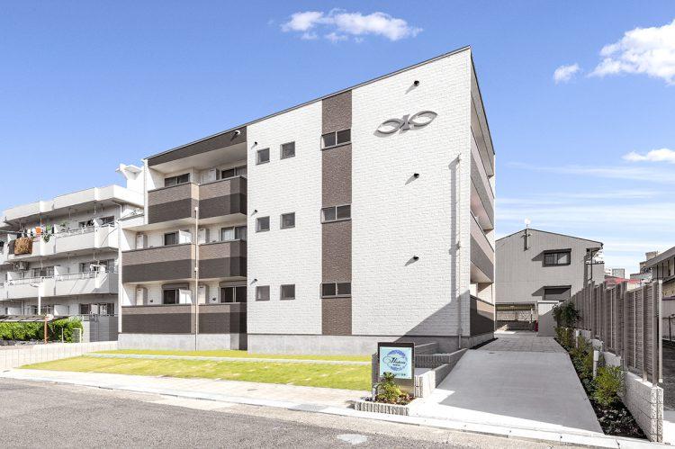 名古屋市名東区の木造3階建てアパートのスロープになっている玄関アプローチと自転車置き場