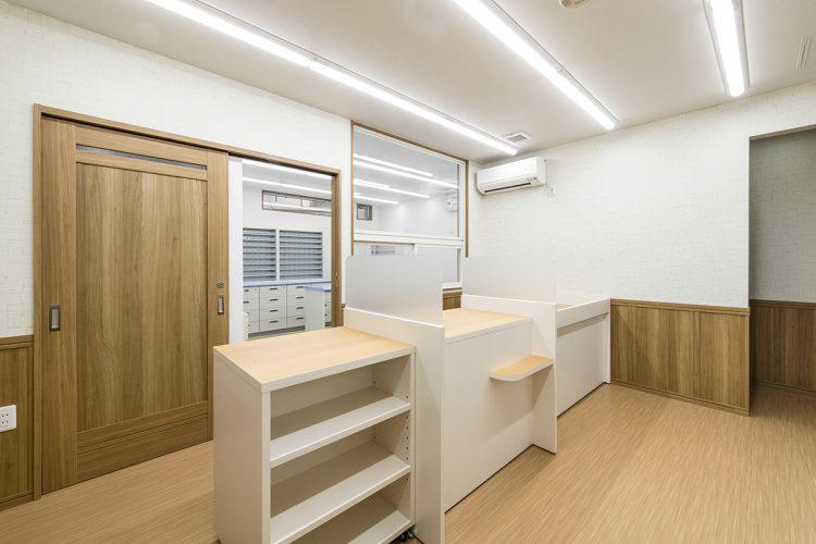 名古屋市緑区の医療施設の棚の付いた受付