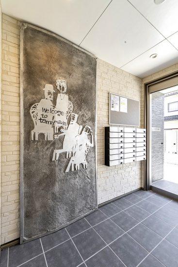 名古屋市名東区の木造3階建てアパートのポストボックス付きおしゃれなエントランス