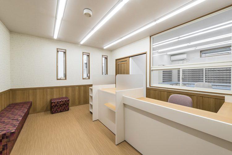 名古屋市緑区の医療施設の調剤室が見える待合