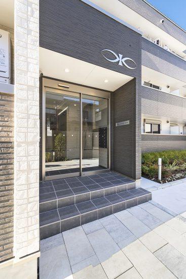 名古屋市名東区の木造3階建てアパートのおしゃれなエントランス