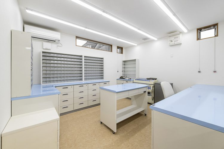 名古屋市緑区の医療施設の水色の天板の調剤室