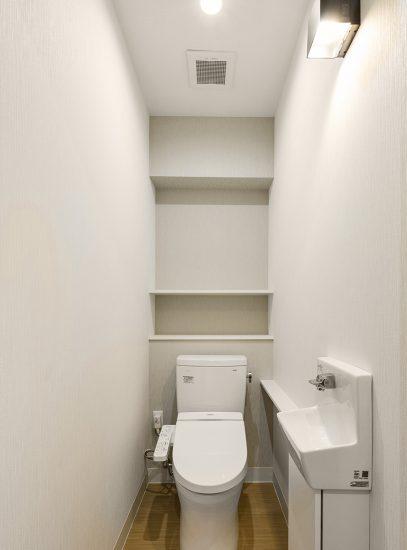 名古屋市緑区の医療施設の手洗い場付きのトイレ