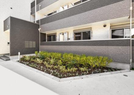 名古屋市名東区の木造3階建てアパートのエントランス横の植栽