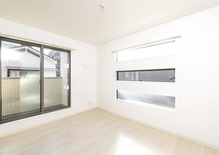 名古屋市瑞穂区の戸建賃貸住宅の三段の窓がおしゃれな洋室