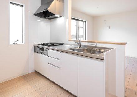 名古屋市天白区の戸建賃貸住宅の3口ガスコンロ付きの白色のシステムキッチン