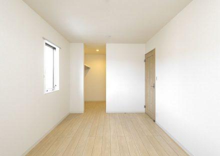 名古屋市天白区の戸建賃貸住宅のウォークインクローゼット付きのナチュラルカラーの洋室