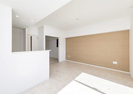 名古屋市西区の賃貸マンションの1面がアクセントカラーのLDK