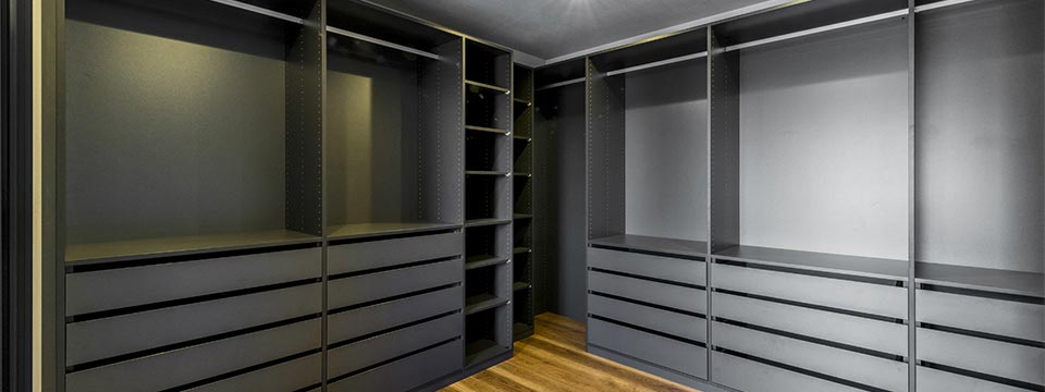 名古屋の注文住宅の黒色のウォークインクローゼット新築写真