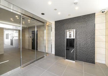 名古屋市名東区の賃貸マンションの高級感ある黒がアクセントのエントランスホール