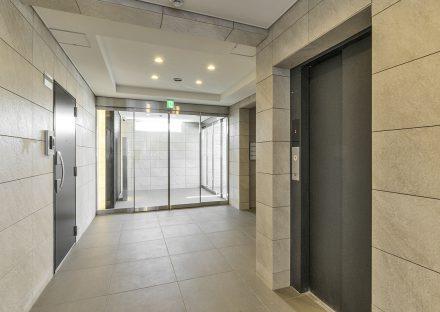 名古屋市名東区の賃貸マンションの高級感ある大判タイルのエレベーターホール