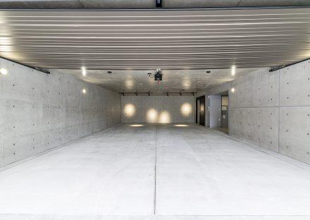 名古屋市昭和区の注文住宅のコンクリートに囲まれた広いインナーガレージの新築写真