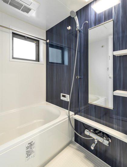 アクセントカラーがダークブルーの落ち着いたデザインのバスルーム