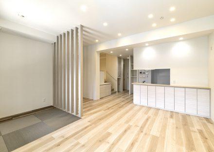 名古屋市昭和区の注文住宅のナチュラルカラーのスタイリッシュな畳コーナーのあるLDKの新築写真