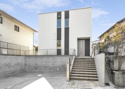 名古屋市名東区の戸建賃貸住宅の二本の縦ラインがアクセントになる外観デザインの新築写真