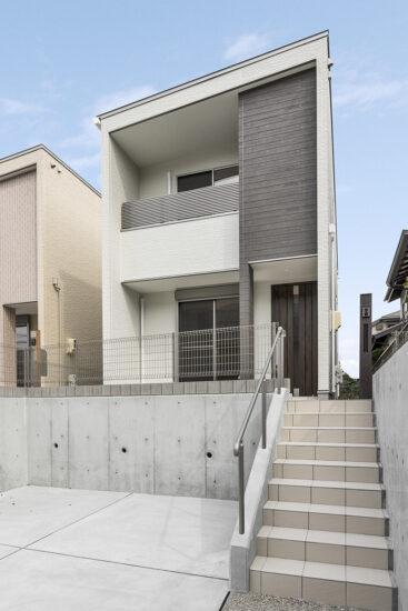 名古屋市名東区の戸建賃貸住宅のアプローチ階段の下に駐車場があり