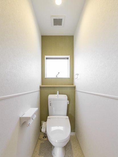 名古屋市名東区の戸建賃貸住宅のグリーンの壁がアクセントカラーのトイレの新築写真