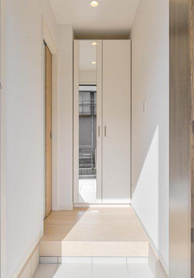 名古屋市名東区の戸建賃貸住宅のガラスが付いた扉で奥行きを感じられる玄関ホールの新築写真