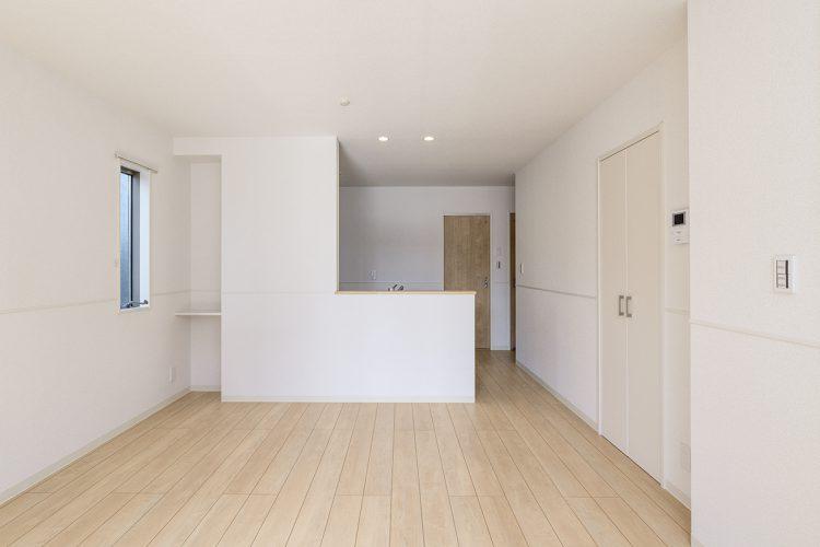 名古屋市名東区の戸建賃貸住宅の収納棚の付いたリビングダイニングの新築写真
