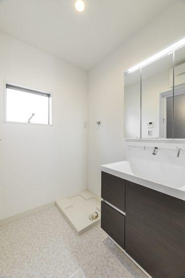 名古屋市名東区の戸建賃貸住宅のモノトーン調のスタイリッシュな洗面室の新築写真