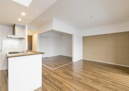 名古屋市東区の賃貸マンションの洋室とつながったLDKの新築写真