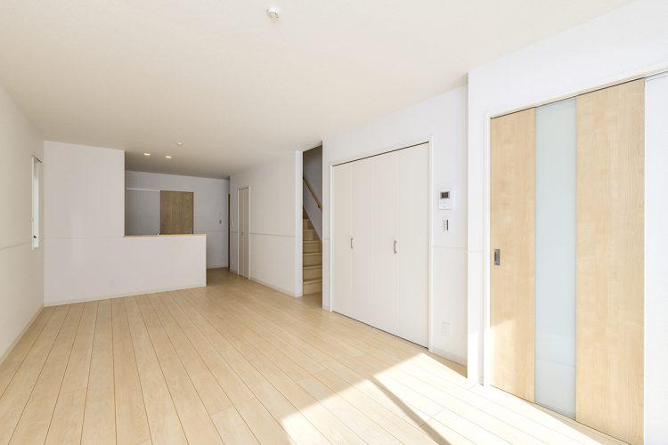 名古屋市名東区の戸建賃貸住宅の階段へとつながるリビングの新築写真