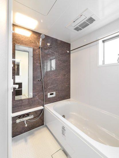 名古屋市名東区の戸建賃貸住宅の浴室乾燥が付いた広々としたバスルームの新築写真