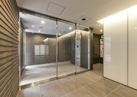 名古屋市東区の賃貸マンションのガラス戸で明るいオートロック付きのエントランスホールの新築写真