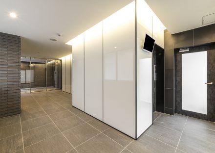 名古屋市東区の賃貸マンションの光沢のある壁が高級感を出すエレベーターホールの新築写真