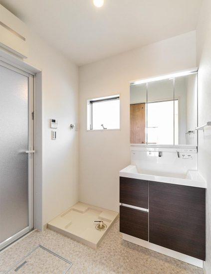 名古屋市名東区の戸建賃貸住宅の濯機置き場の上に窓あり シンプルなデザインの洗面室の新築写真