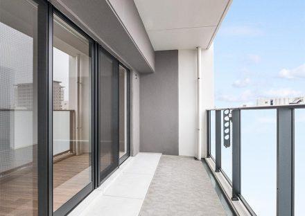 名古屋市東区の賃貸マンションの光を通すパネルで明るいバルコニーの新築写真