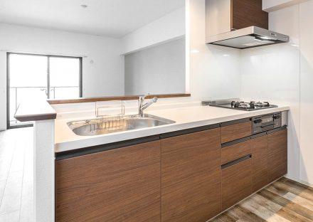 名古屋市東区の賃貸マンションの木目調のオープンキッチンの新築写真