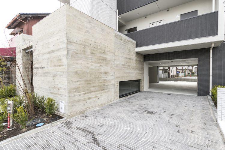 名古屋市中川区の12階建て賃貸マンションの駐車場アプローチの新築写真