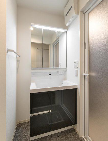 名古屋市中川区の賃貸マンションの黒が映える洗面化粧台の新築写真