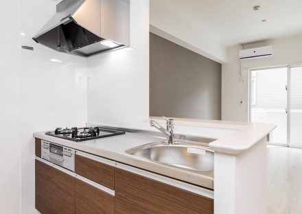 名古屋市中村区の賃貸マンションの明るいオープンキッチンの新築写真