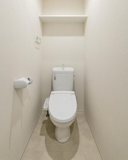 名古屋市中村区の賃貸マンションの棚付きのトイレの新築写真