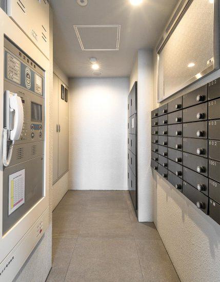 名古屋市中川区のマンションの黒色の宅配ボックスとメールボックスの新築写真