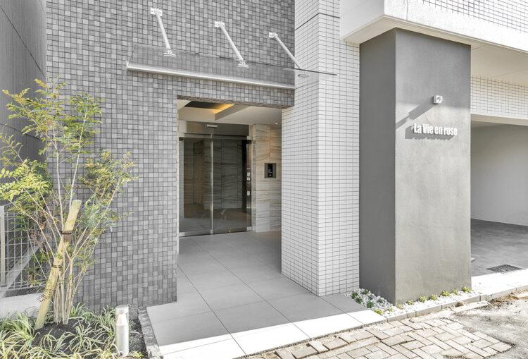 名古屋市中村区のモダンなデザインのエントランスの新築写真