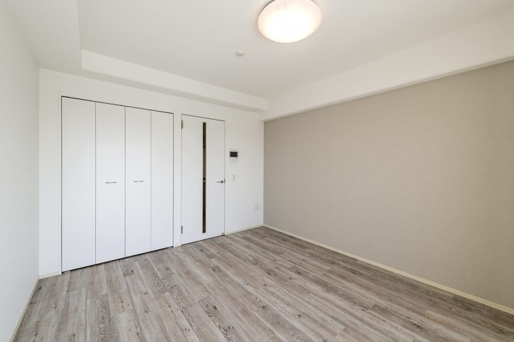 名古屋市中川区の賃貸マンションの白を基調とした収納付きの洋室の新築写真