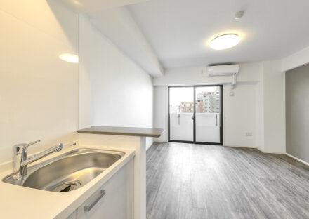 名古屋市中川区の賃貸マンションの白っぽいアンティークな雰囲気なキッチンと洋室の新築写真