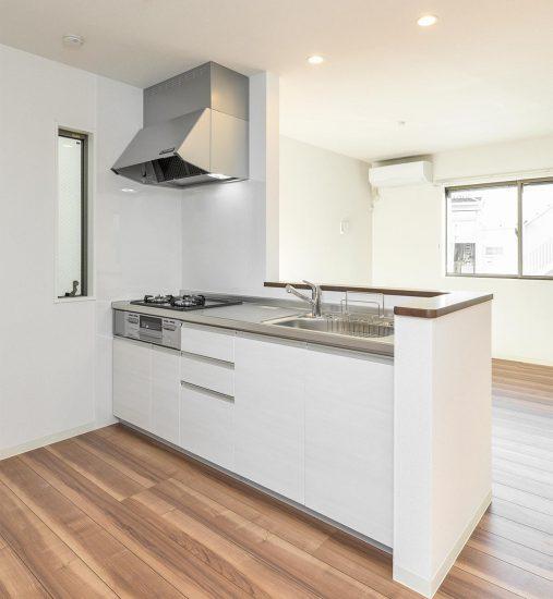 名古屋市天白区の戸建賃貸住宅の白色のシンプルなシステムキッチンの新築写真